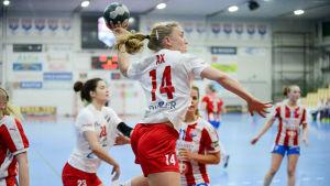 HIFK:s Kathlen Ax hoppar in i målgården och skjuter.
