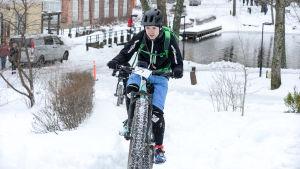 Jouni Laveri cyklar upp för en backe.