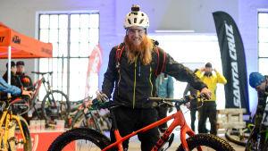 Tom Nylund poserar med en terrängcykel.