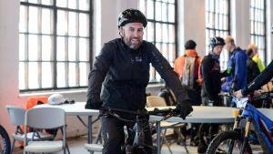 Anders Pyy sitter på sin terrängcykel.