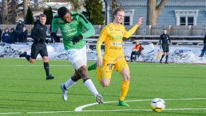 Etchui Tabe sparkar bollen i mål framför näsan på Aleksi Leppälä.