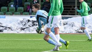 Målvakten Mehdi El Moutacim har bollen i händerna.