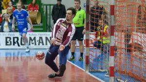 Bogdan Klepa parerar ett skott.
