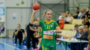 Valeria Kirillova kastar bollen.