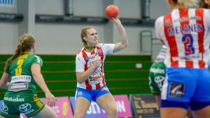 Erica Gustafsson passar bollen till en medspelare.