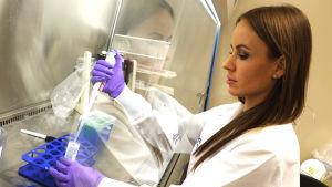Joy Wolfram arbetar i sitt labb