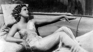 Nuori Hedy Lamarr makaa divaanilla. Kuva elokuvasta Hurmio.