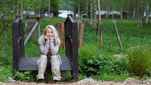Kirjailija Mari Mörö puutarhassaan.