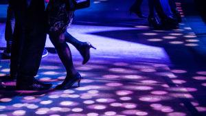 Tanssivia jalkoja laivan yökerhossa