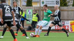 EIF:s Daniel Rantanen kämpar om bollen.