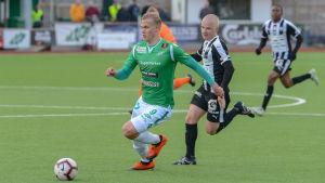 Antti Ulmanen springer med bollen.