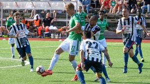 En EIF-spelare får kontroll på bollen omringad av motståndare.