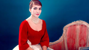 Maria Callas istuu ja poseeraa. Kuva (key image) dokumenttielokuvasta Maria by Callas.