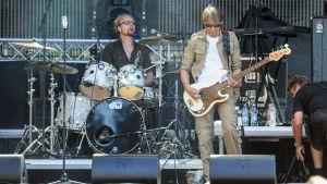 Paul Oxleys Unit spelar live, basisten och trummisen syns på bilden.