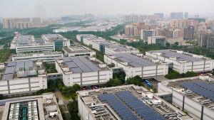 En massa industrilokaler. I bakgrunden höghus.