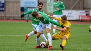 John Fagerström slåss om bollen med Oulus Lassi Nurmos.