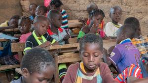 Lapsia afrikkalaisessa koulussa