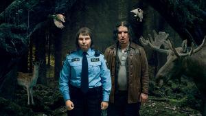 Tullivirkailija Tina (Eva Melander) ja Vore (Eero Milonoff) poseeraavat metsän eläinten ympäröiminä. Elokuvan Raja (Gräns, 2018) markkinointikuva.