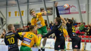 SIF:s Sten Maasalu skjuter ett hoppskott över ÅIFK-försvaret.