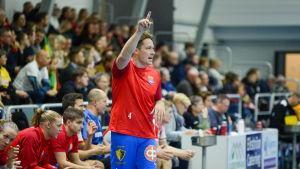 Andreas Rönnberg viftar med pekfingret.