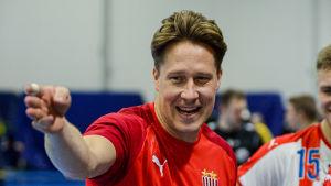 Andreas Rönnberg pekar leende.