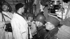 Tykistötulen aikaan kuunnellaan radiota Taipaleella joulukuussa 1939.