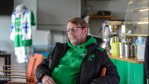 Peter Haglund ser avslappnad ut då han sitter i en stol.