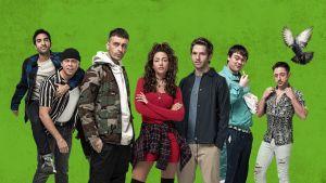 Sarjan päähahmot seisovat vihreän taustan edessä.
