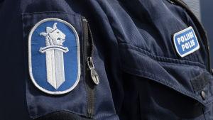 Poliisin univormu lähikuvassa.