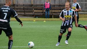 Samu Alanko och Miika Niemi passar bollen till varandra.