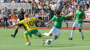 EIF:s Darren Smith rundar KTP:s Antti Mäkijärvi.