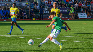 EIF:s Darren Smith skjuter bollen i mål