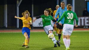 IIF Fotbolls Jessica Westerberg skjuter och EIF:s Engla Ahlberg försöker täcka.