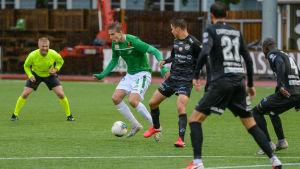 EIF:S Simon Lindhom omringad av KPV-spelare.