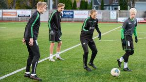 Fyra spelare passar med bollen på planen.