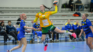 SIF:s Madeleine Lindholm skjuter ett hoppskott.