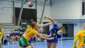 SIF:s Erica Gustafsson stoppar KyIF:s Maja Sannholm.