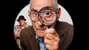 Vanha herra lähikuvassa katsoo suurennuslasin läpi. Kuva dokumenttielokuvasta.