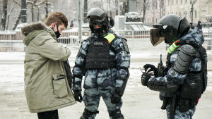 En person stoppas av polis i Ryssland.