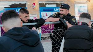 Bild ur tv-serien Tunna blå linjen: Polis talar med ungdomar i Malmö.