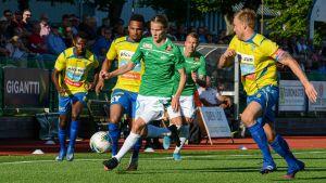 EIF:s August Björklund springer med bollen.
