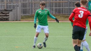 EIF:s William Lindqvist med bollen.