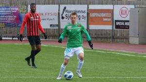 EIF:s Stanislav Efimov med bollen i fötterna.
