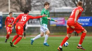 Oliver Pettersson springer med bollen.