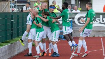 EIF-spelarna kramar om varandra efter att laget gjort mål.