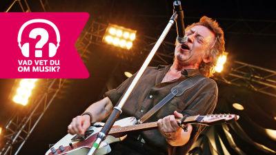 Ulf Lundell sjunger i mikrofon och spelar elgitarr.
