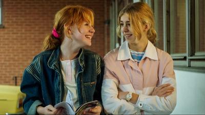 Två tjejer på 1980-talet.