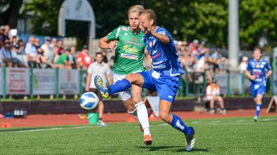 André Österholm jagar bollen täckt av en MP-spelare.