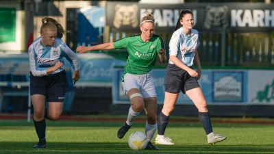 EIF:s Iida Äijö springer med bollen i fötterna.