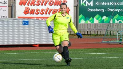 EIF:s målvakt Juliana Drugge sparkar på bollen.